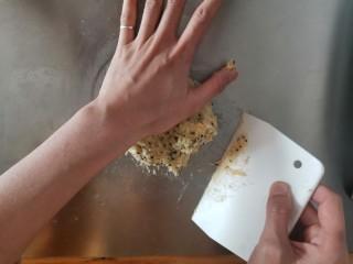 麻薯包,移到案板上,用手掌这个部分按压揉匀