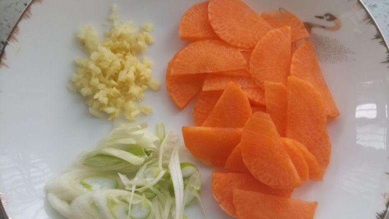 西芹炒牛肉,葱切片,姜切末,胡萝卜切片。