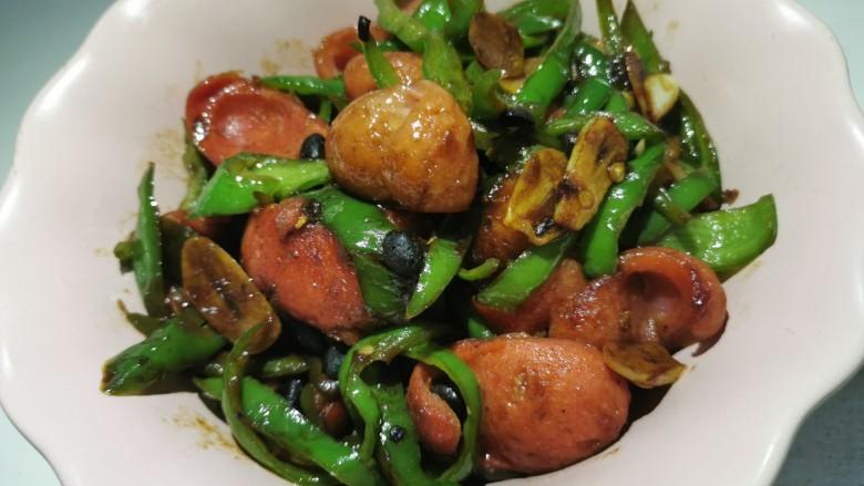 青椒炒香肠,出锅,装盘。