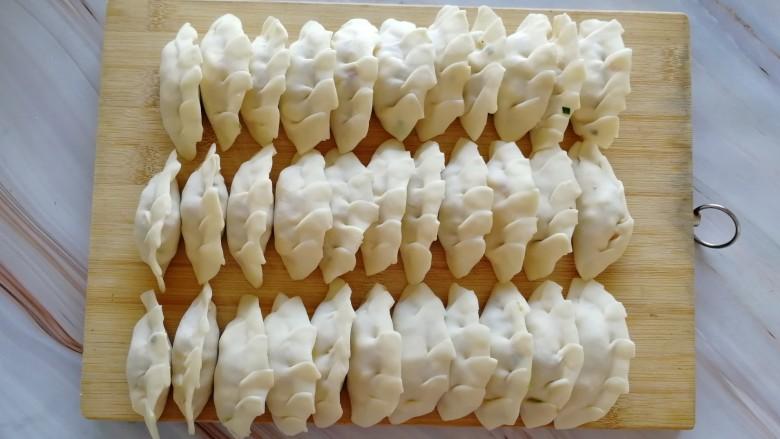 玉米猪肉饺,所有的包完,整队集合