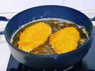 芝士鸡排,小火煎制两面金黄即可。