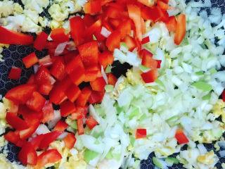 鸡蛋牛肉炒饭,倒入彩椒粒和大葱碎