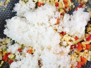 鸡蛋牛肉炒饭,加入米饭