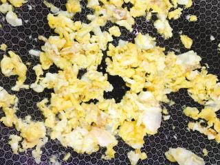 鸡蛋牛肉炒饭,并搅散炒熟