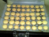 蛋黄小西饼,放入180度的烤箱,中层,烤约10分钟,表面金黄,出炉。稍凉后,铲起,密封保存