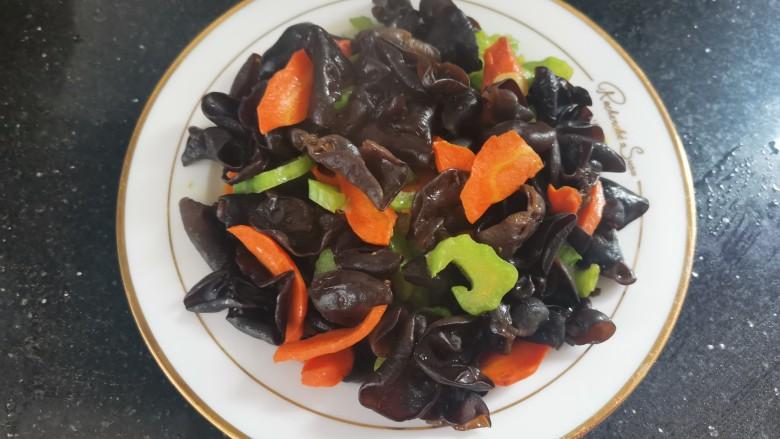 胡萝卜炒木耳,出锅装盘