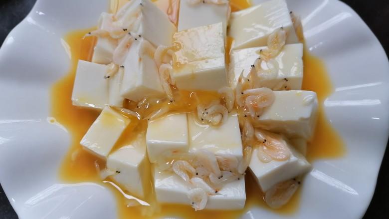 鸡蛋豆腐羹,将蛋液浇在豆腐上