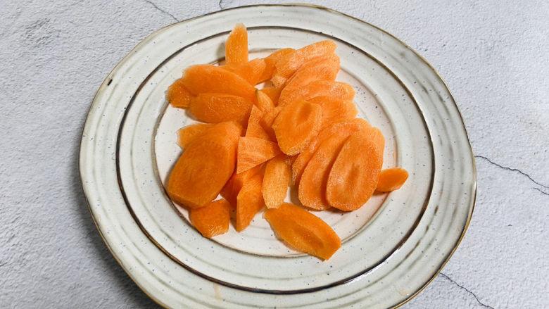 胡萝卜炒木耳,胡萝卜洗干净去皮切薄片