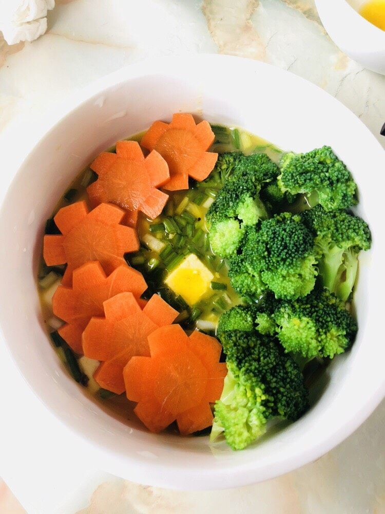 鸡蛋豆腐羹,蔬菜码放整齐,如果不吃蔬菜,也可以不放。或者更换成其他蔬菜。