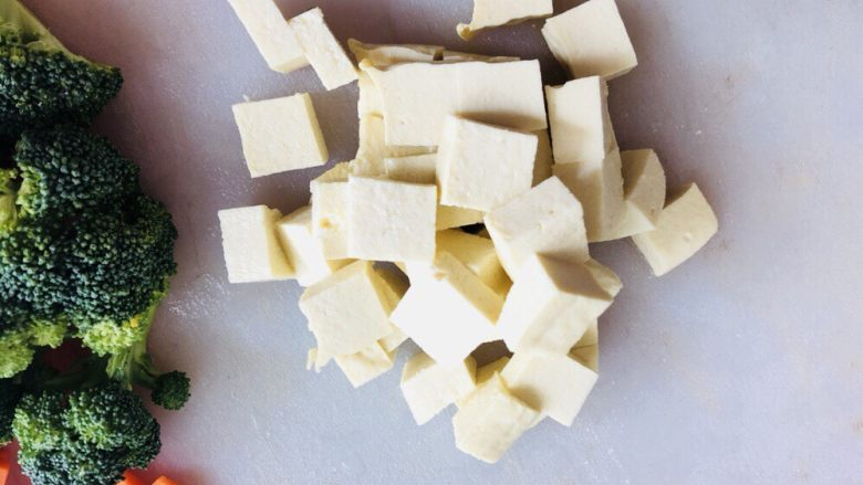 鸡蛋豆腐羹,切成小丁备用