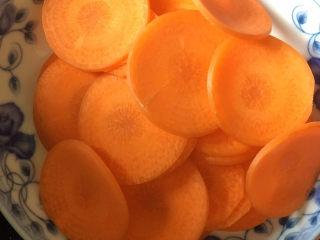 香菇焖鸡腿,胡萝卜切片