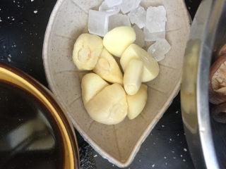 香菇焖鸡腿,蒜粒.冰糖