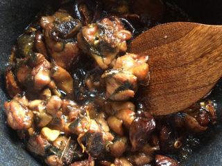 香菇焖鸡腿,倒入调好的汁料