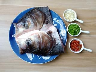麻辣鱼头,新鲜大鱼头一个、青红辣椒现剁现用,也可以一次性多做一点放冰箱冷藏备用。