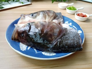 麻辣鱼头,鱼头先处理干净,去除鱼头中的类似小牙的喉骨。(这是鱼头最腥的地方,占腥味的50%,去腥关键第1步)