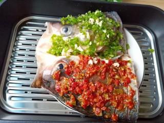 麻辣鱼头,锅内烧开水,放上蒸屉,撒一点点白酒,大火蒸10分钟【具体看鱼头的大小】