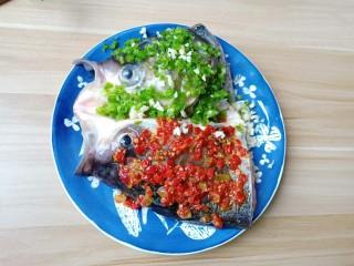 麻辣鱼头,青辣椒碎铺满整个鱼头,爱吃微辣的可以少加点。