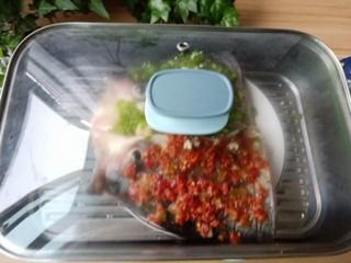 麻辣鱼头,烹饪选用蒸制的方法,可以让鱼头的鲜香尽量保留,剁辣椒的辣又恰到好处地渗入鱼肉中,做出来菜品色泽红亮、味浓、肉质鲜美。