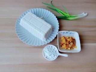 鸡蛋豆腐羹,准备蟹黄,豆腐,番薯粉,小葱。