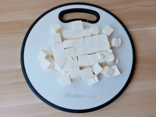 鸡蛋豆腐羹,豆腐对半切开,再切小块。