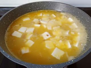 鸡蛋豆腐羹,开大火煮开,煮至10分钟。
