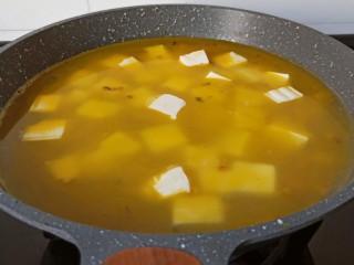鸡蛋豆腐羹,加入豆腐块。