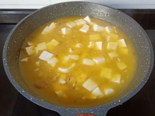 鸡蛋豆腐羹,一边加淀粉水一边搅拌均匀。