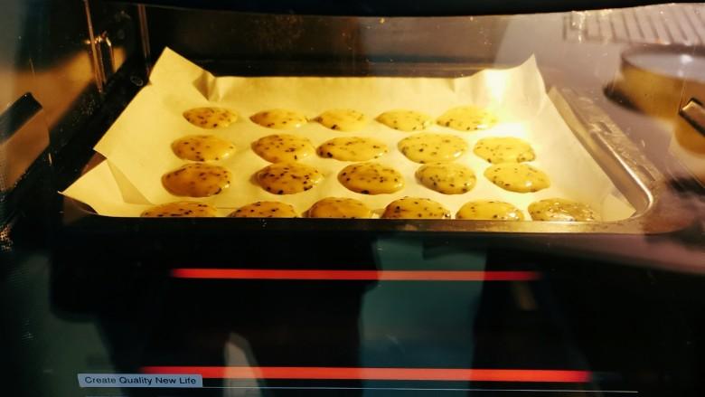芝麻薄脆饼干,烤箱预热3分钟  上下火165度  烤15分钟