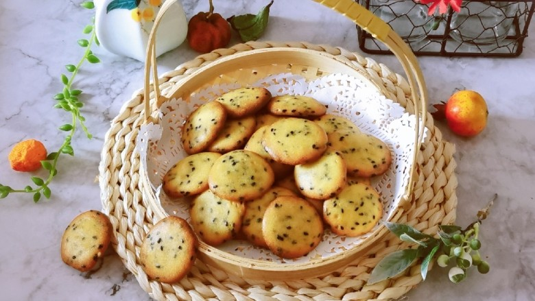 芝麻薄脆饼干,这个糖量 仅仅是有甜味而已  喜欢吃甜的可以再增加糖量