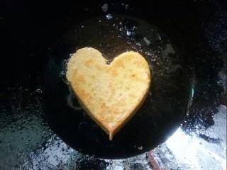 雞蛋玉米餅,煎五分鐘后,取出煎蛋器,翻面烙餅。