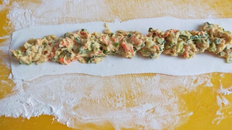 鸡蛋玉米饼,放入玉米团。