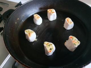 雞蛋玉米餅,平底鍋燒熱倒入適量油,放入玉米團。