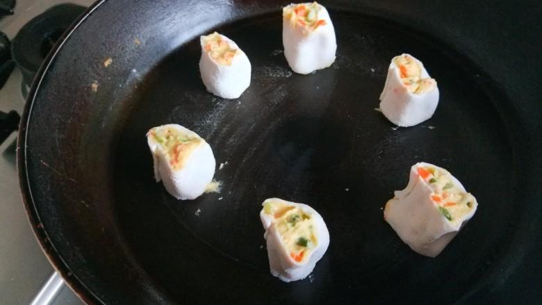 鸡蛋玉米饼,平底锅烧热倒入适量油,放入玉米团。