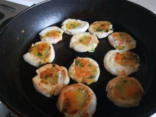 雞蛋玉米餅,煎制兩面熟透即可。