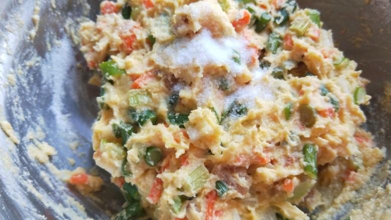 鸡蛋玉米饼,加入适量盐,<a style='color:red;display:inline-block;' href='/shicai/ 3729'>白糖</a>,搅拌均匀,不要太稀了,要成团。