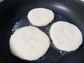 鲜肉饼,起油锅放入生坯小火慢煎
