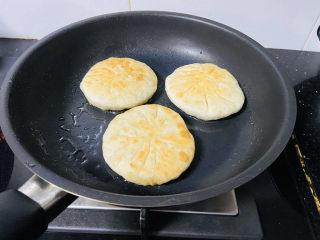 鲜肉饼,煎至金黄色
