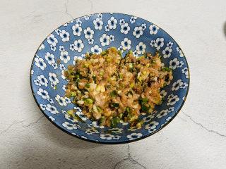 鲜肉饼,用筷子顺时针搅拌均匀