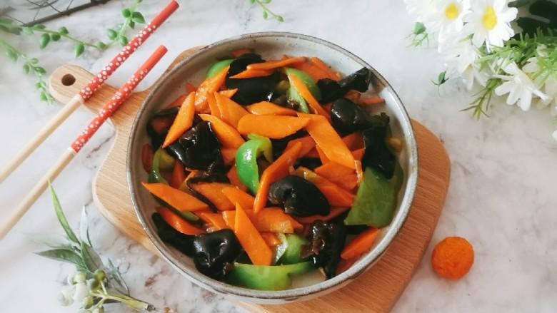 胡萝卜炒木耳,出锅