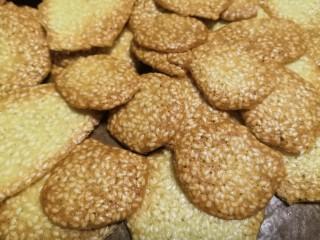 芝麻薄脆饼干,凉了很轻松的从油布拿下(如果沾或吃起不脆可回炉低温烘烤)。
