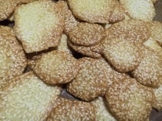 芝麻薄脆饼干,烤了两盘。
