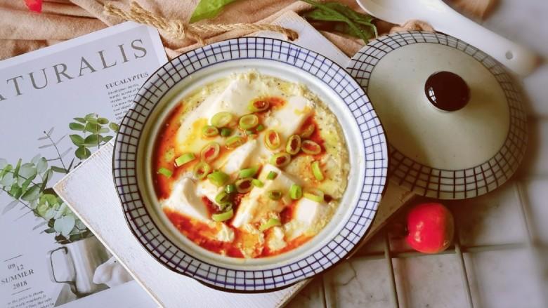 鸡蛋豆腐羹,将调好的碗汁浇到鸡蛋豆腐羹上面