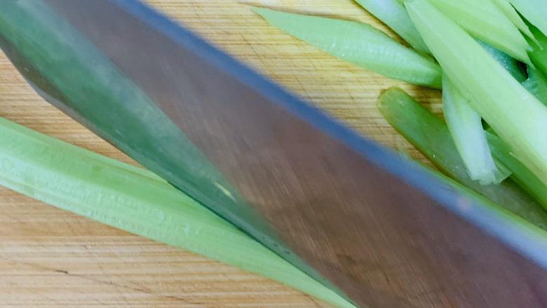 芹菜炒胡萝卜,<a style='color:red;display:inline-block;' href='/shicai/ 125'>芹菜</a>清洗干净,斜刀倾斜切成0.5厘米厚的条。