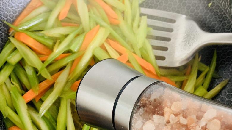 芹菜炒胡萝卜,加入适量的盐继续翻炒。