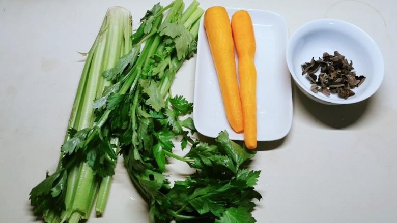 芹菜炒胡萝卜,食材准备好