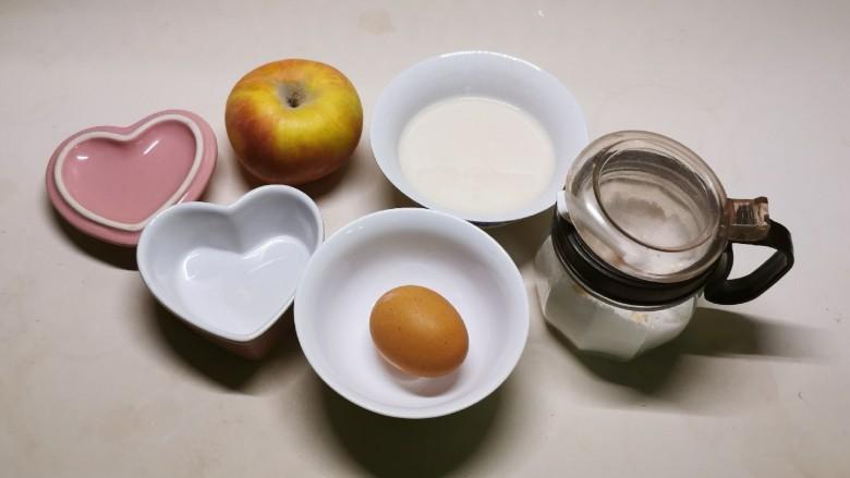 苹果布丁,食材和布丁碗准备好