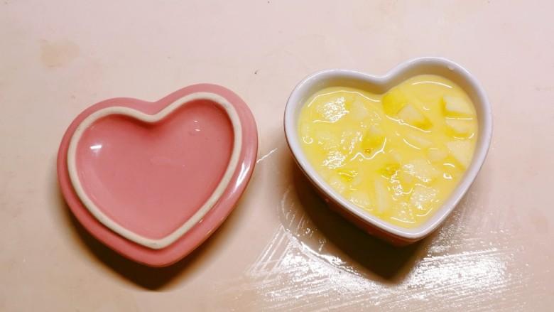 苹果布丁,将蛋液倒入布丁碗中