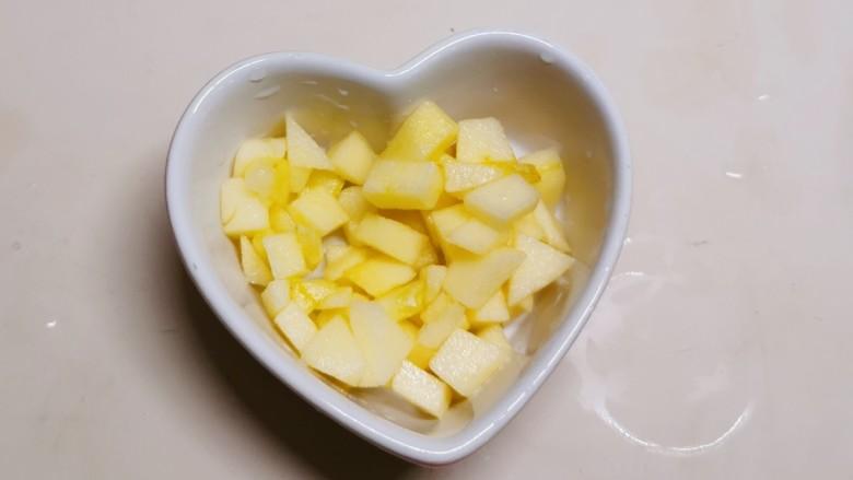 苹果布丁,布丁碗里放入腌好的苹果丁