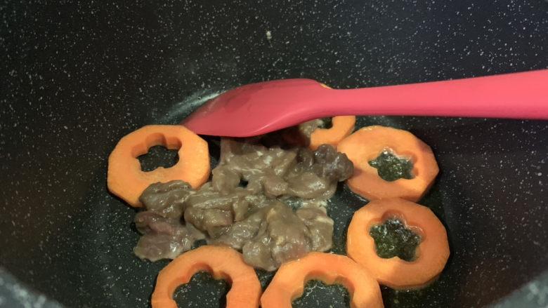 胡萝卜炒木耳,再倒入肉丝;
