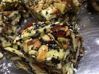 自制沙琪玛,超级美味哦!材料可以选择自己喜欢的添加